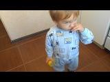 Ребенок ест лимон=)